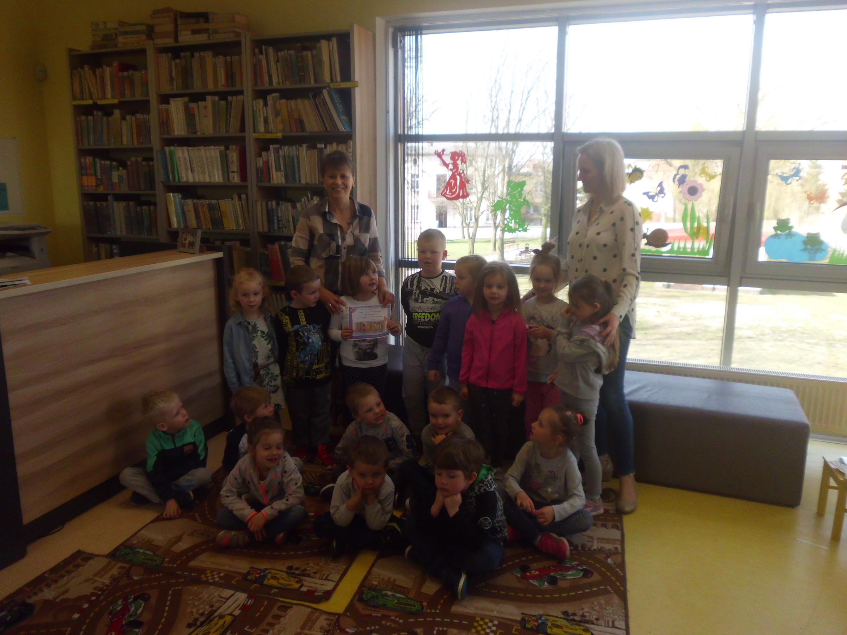 """Przedszkolaki z wizytą tam, """"gdzie mieszkają książki"""""""